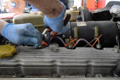 ▲ここは圧があまりかからないので、耐油ホースで代用可能らしい。タイラップでていねいに留める。このくらいの仕事は次から自力でやろう