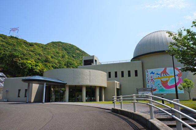 写真のドームをもった建物がそれ。原発そのものは背後の山の向こう、送電線... 大飯原発PR施設「
