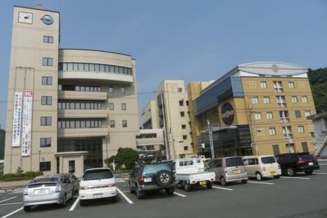 ▲写真左が町役場。右の建物の奧に広報センターがある